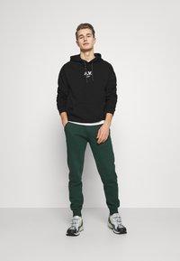 Pier One - Teplákové kalhoty - dark green - 1