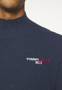 Tommy Jeans - TJM SMALL LOGO SWEATER - Maglione - twilight navy heather - 6