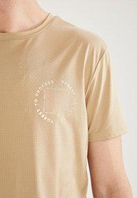 DeFacto Fit - Camiseta básica - beige - 3