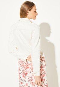 comma - MIT BROSCHE - Denim jacket - white - 1