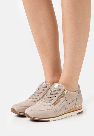 Sneakers laag - visone/muschel