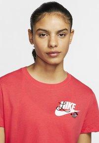 Nike Sportswear - TEE NOVEL - T-shirts med print - track red/white - 3