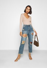 Missguided Petite - RIOT HIGH RISE RIPPED MOM AUTHENTIC - Jean boyfriend - blue - 1