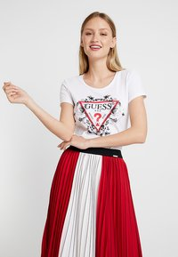 Guess - ROSES TEE - Print T-shirt - true white - 0