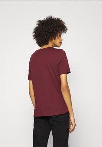 Tommy Hilfiger - REGULAR OPEN SCRIPT TEE - Print T-shirt - deep rouge - 2