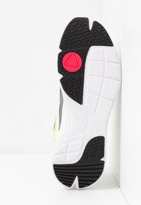 McQ Alexander McQueen - DAKU - Baskets basses - white/fluro - 6