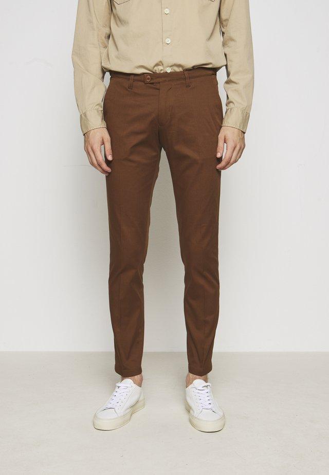 KILL - Chino kalhoty - braun