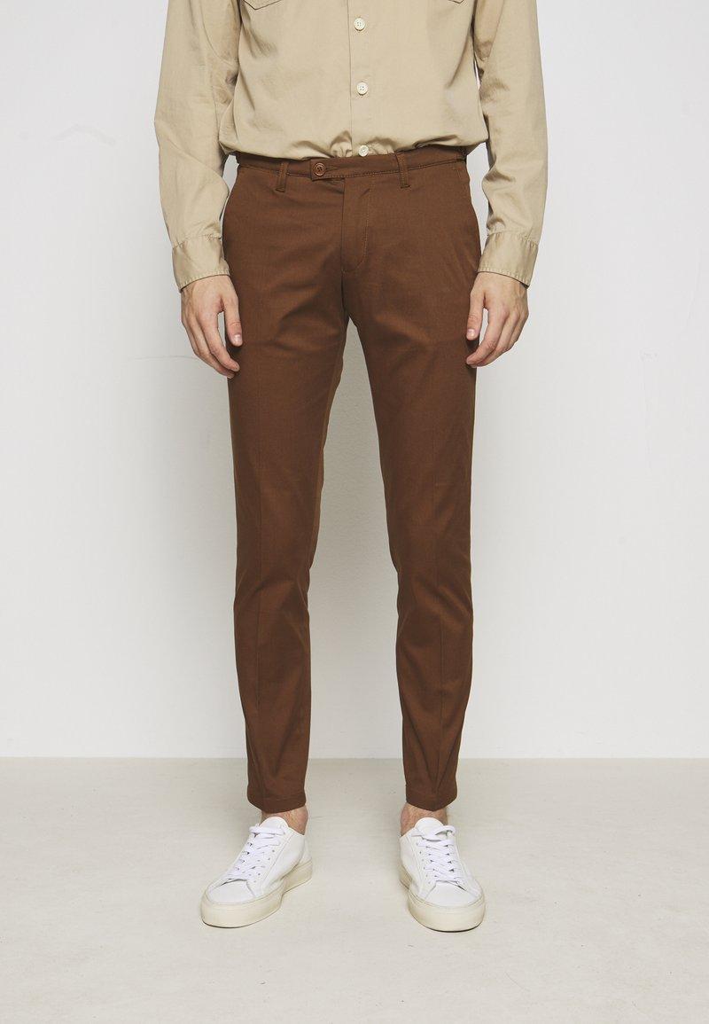 DRYKORN - KILL - Chino kalhoty - braun