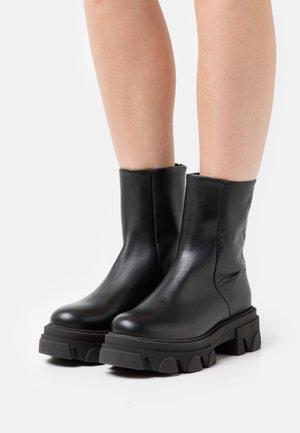 MARYANN - Kotníkové boty na platformě - black
