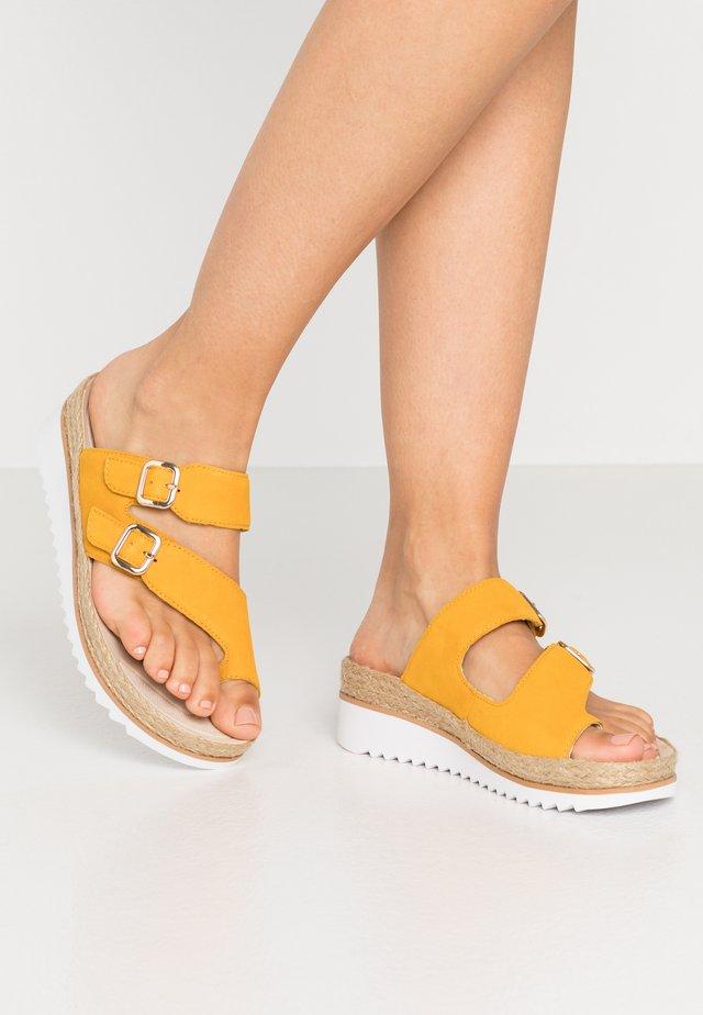 Sandalias de dedo - mango