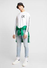 Calvin Klein Jeans - ON THE BACK LONGSLEEVE - Top sdlouhým rukávem - bright white/black - 1