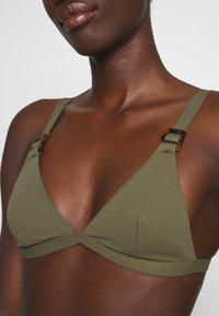 NA-KD - STRUCTURED BUCKLE DETAIL TRIANGLE - Bikiniöverdel - burnt olive - 4