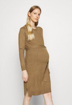 PCMCAVA O NECK DRESS - Gebreide jurk - otter