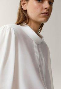 Massimo Dutti - MIT SCHULTERPOLSTERN UND WEITEN ÄRMELN - Blouse - white - 1