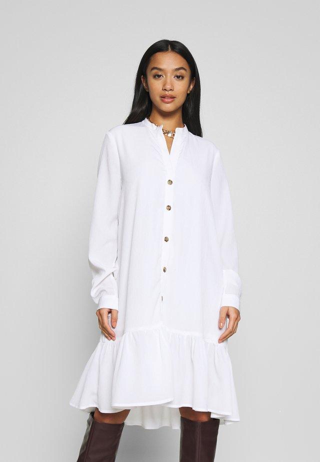 NMCHARLEE DRESS PETITE - Shirt dress - bright white