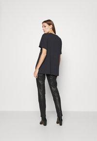 Wrangler - OVERSIZED TEE - Print T-shirt - washed black - 2