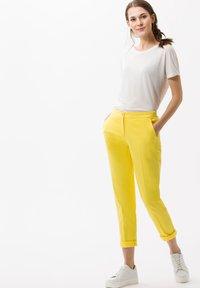 BRAX - STYLE MARON - Bukser - yellow - 1