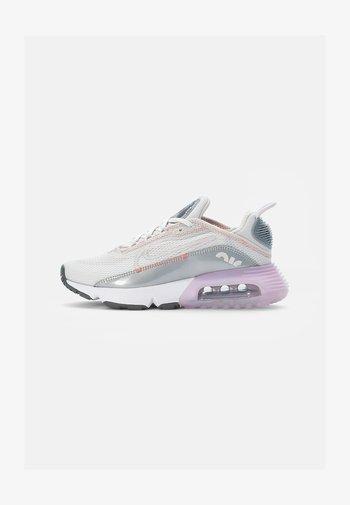 NIKE AIR MAX 2090  - Sneakers basse - platinum tint/light violet-metallic platinum-crimson bliss