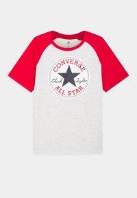 Converse - CHUCK PATCH RAGLAN TEE - Print T-shirt - birch heather - 0