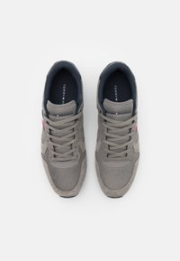 Tommy Hilfiger - ICONIC RUNNER - Sneakers - pewter grey - 3
