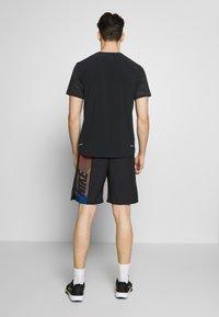 Nike Performance - FLEX SHORT - Pantalón corto de deporte - black/black/hyper crimson - 2