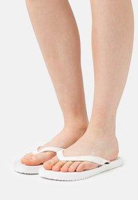 Calvin Klein Swimwear - BEACH MONOGRAM - Sandály s odděleným palcem - bright white - 0