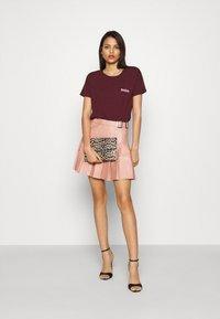 Missguided - PLEATED BUCKLE SKIRT - Mini skirt - rose - 1