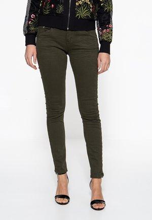 ATT MIT MODISCHER WASCHUNG NORA - Slim fit jeans - dunkelgrün
