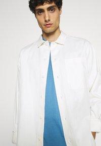 Ben Sherman - SIGNATURE POCKET TEE - Basic T-shirt - riviera blue - 3