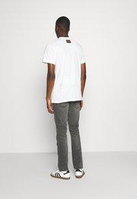 Wrangler - LARSTON - Slim fit jeans - silver smooth - 2