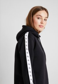 Calvin Klein Jeans - MONOGRAM TAPE HOODIE - Mikina skapucí - black - 4