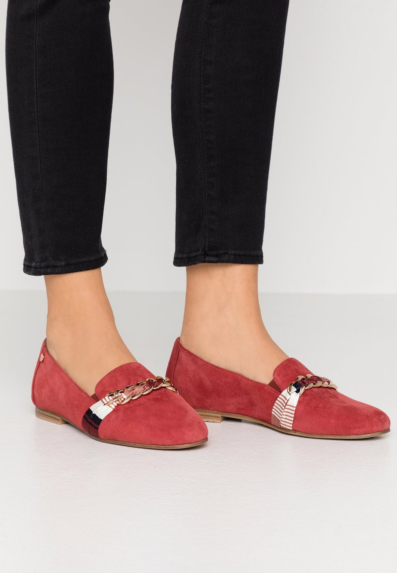 Tamaris - Scarpe senza lacci - ruby