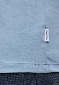 Jack & Jones - Basic T-shirt - faded denim - 6