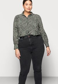 New Look Curves - CAMBODIA - Straight leg jeans - black - 3