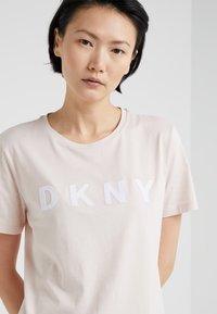 DKNY - FOUNDATION LOGO TEE - Print T-shirt - blush/white - 4