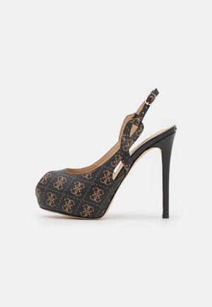 GINNIA - Zapatos de plataforma - brown