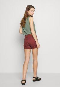 Vero Moda - VMHOT SEVEN MR FOLD SHORTS COLOR - Denim shorts - sable - 2