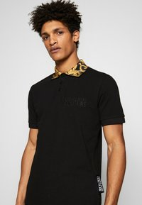 Versace Jeans Couture - BAROQUE COLLAR POLO - Poloshirt - black