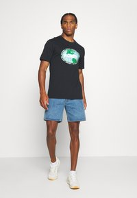 Converse - AROUND THE WORLD TEE - T-shirt con stampa - black - 1