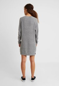 Noisy May Petite - NMSIESTA O NECK DRESS - Pletené šaty - medium grey melange - 3