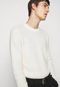 J.LINDEBERG - OLIVER  - Stickad tröja - cloud white - 5