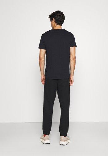 RETRO SHIELD - Print T-shirt - black