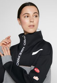 Nike Performance - DRY - Felpa - black/carbon heather/white - 3