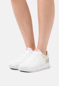 Nike Sportswear - AIR FORCE 1 CRATER - Baskets basses - white/orange - 6