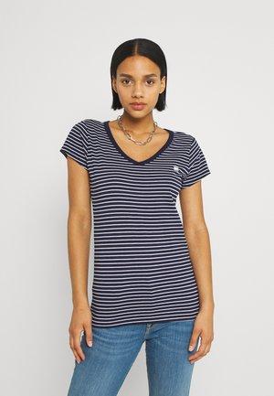 EYBEN SLIM - T-shirt z nadrukiem - warm sartho/white