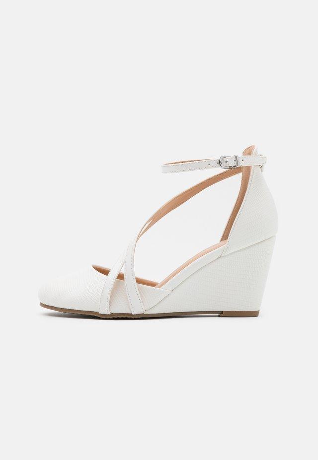 CORALEE - Escarpins compensés - white