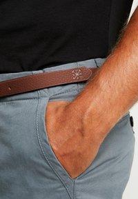 Dstrezzed - PRESLEY PANTS WITH BELT - Chino - grey - 5