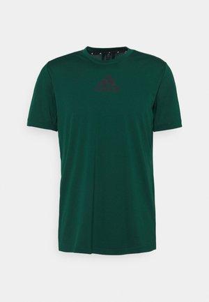 3 STRIPES BACK DESIGNED 2 MOVE AEROREADY - Camiseta estampada - collegiate green/black