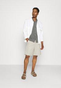 ARKET - LINEN SHORTS - Shorts - beige - 1