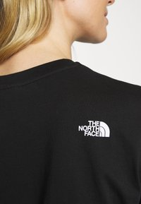 The North Face - W CENTRAL LOGO CROP TEE - T-shirt imprimé - black/white - 4